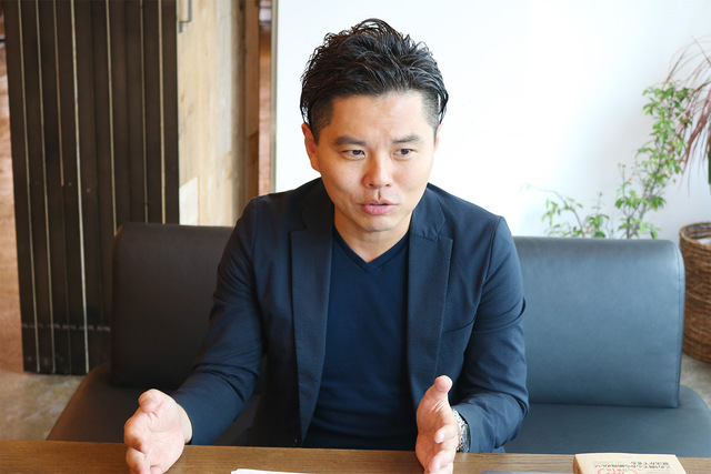 我究館館長の熊谷智宏さんの写真