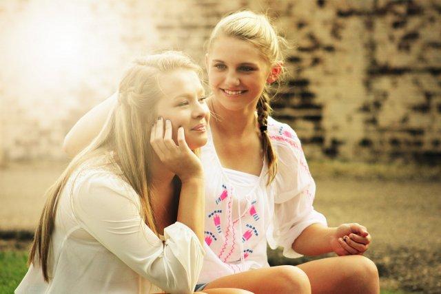 談笑する二人の女性