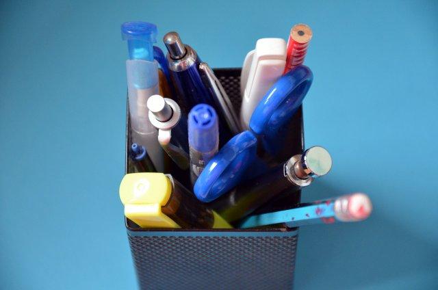 ケースに密集したペン