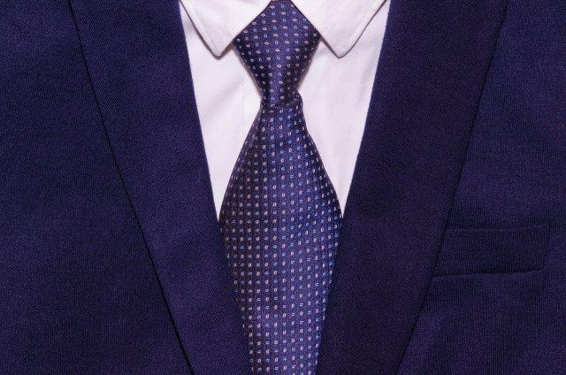 青スーツの男性
