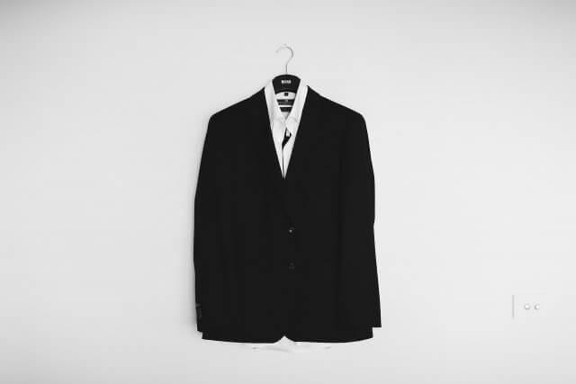 664090483f5 フォーマルスーツは、ぱっと見たときには普通のスーツと同じように見えますが、実は礼服の種類のうちの一つです。そのため、一般的な スーツとは用途が全く異なります。